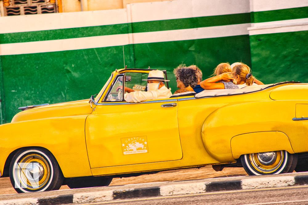 Turistas pasean en La Habana