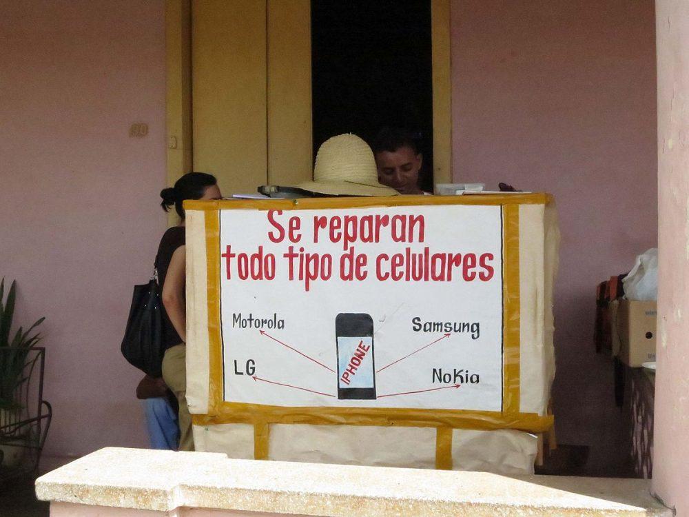 Cuba. Cacharrero repara celulares en Cuba como cuenta propista.