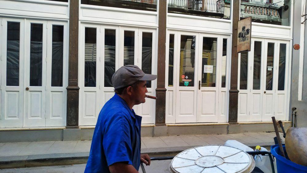 Una persona trabaja en calles de La Habana, es un cuentapropista.
