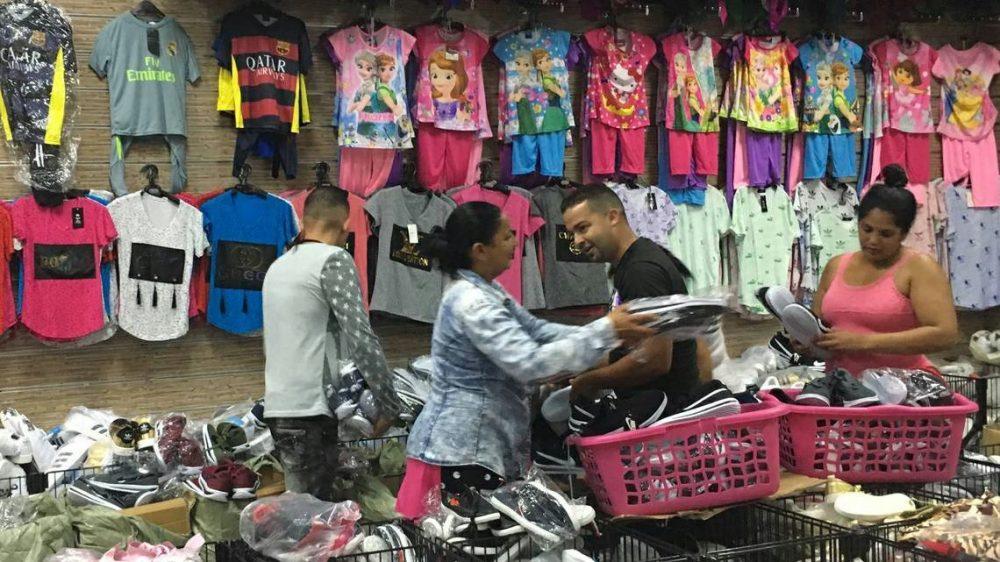 Importadores cubanos compran ropa en un tercer país.