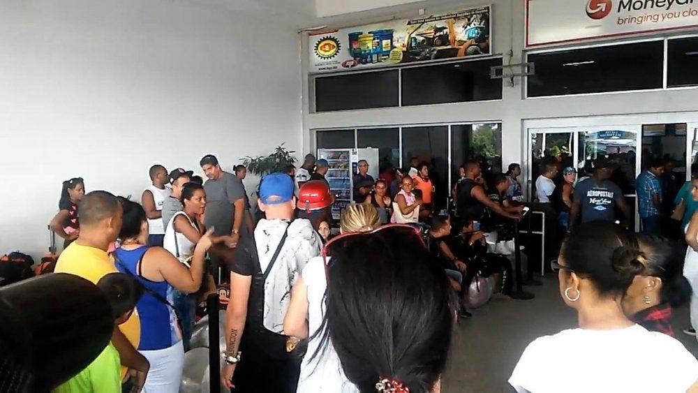 Cubanos esperando  abordar a un vuelo de regreso a Cuba.