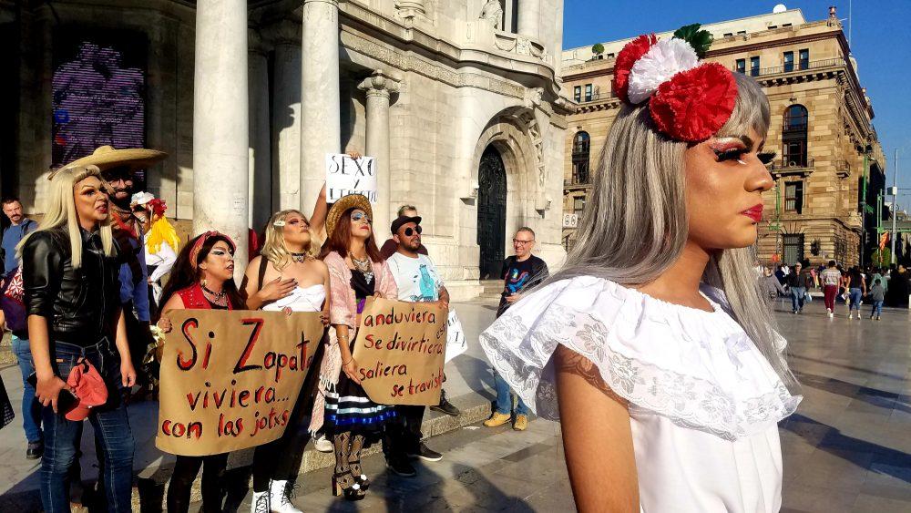 Colectivo LGBTI protesta en defensa de la imagen de Zapata en Bellas Artes.