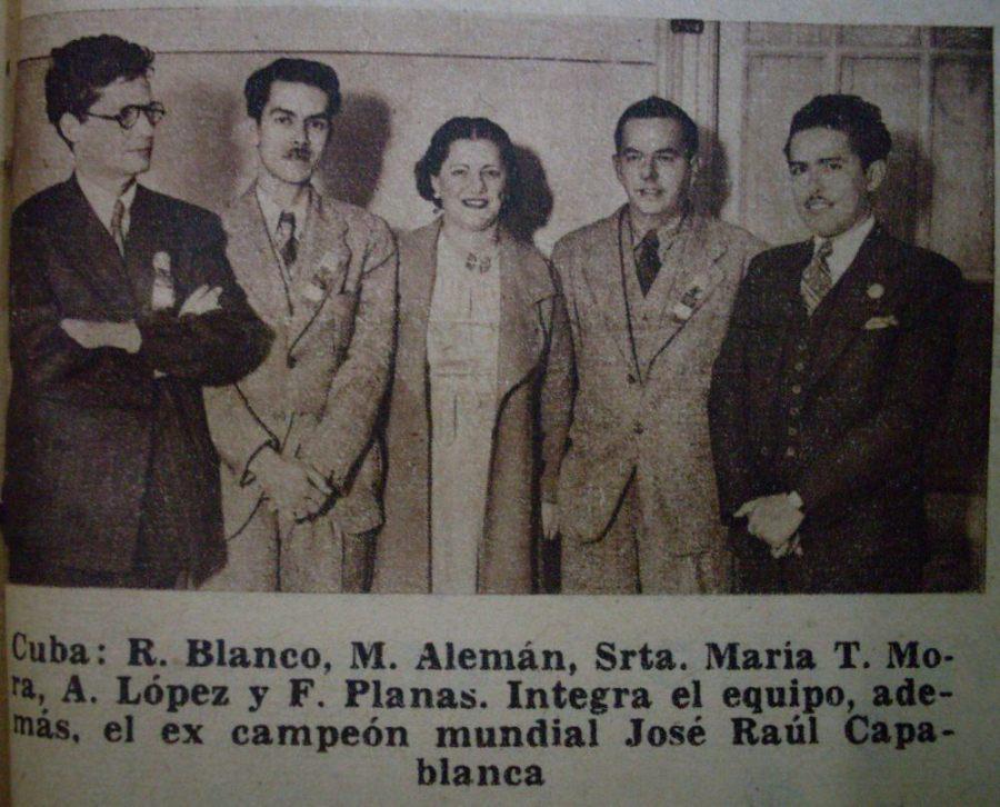María Teresa Mora en el centro de la foto.