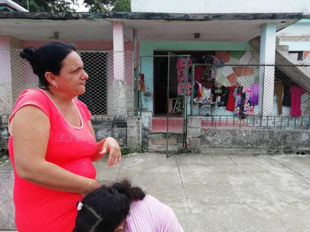 Vendedora de ropa en la Güinera. Foto por Darcy Borrero