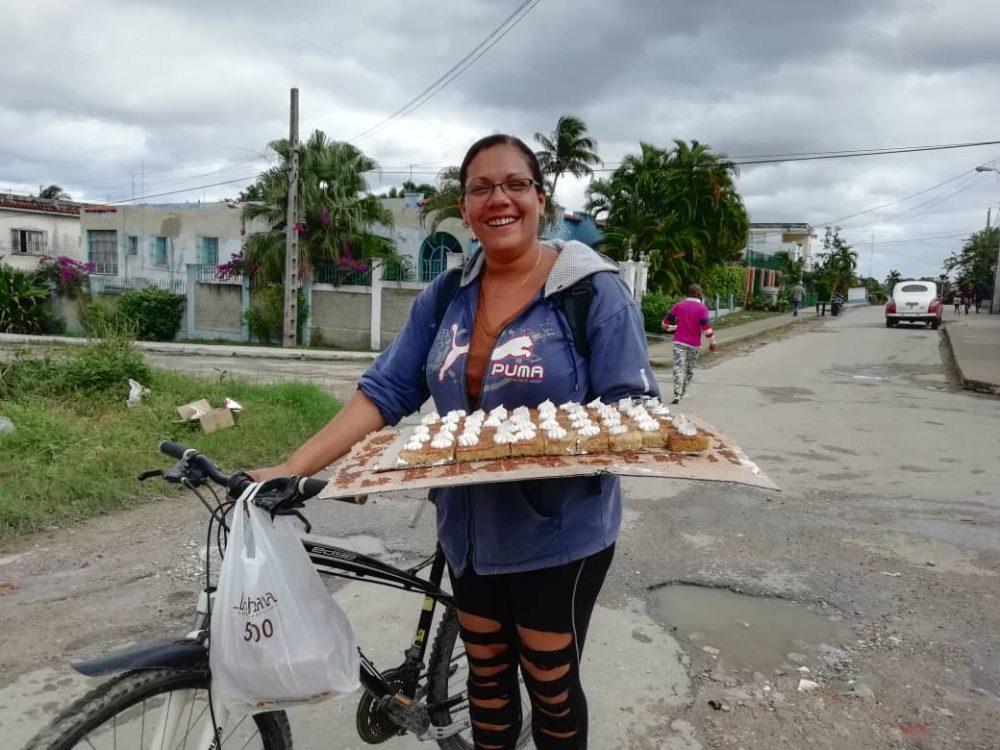 Yanelis Gutierrez una campesina de Cuba vendiendo productos en la Güinera. Foto por Darcy Borrero.