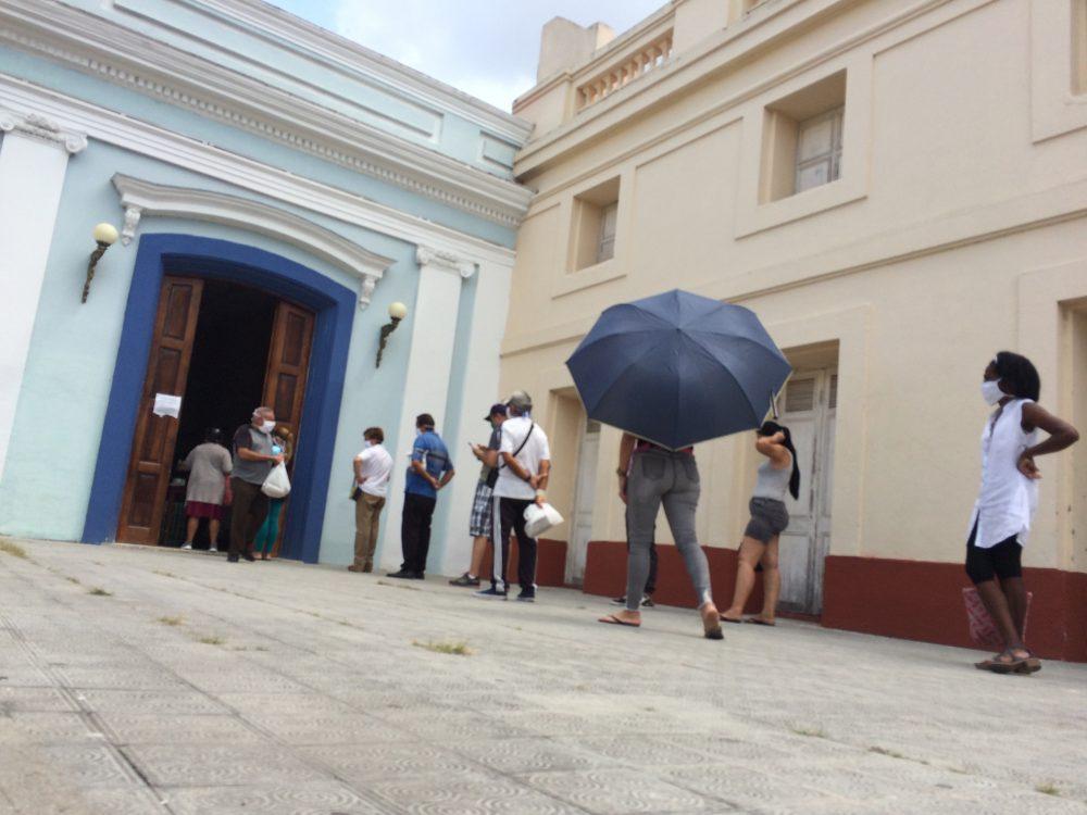 Coronavirus, colas en Santa Clara. Foto: Laura Rodríguez