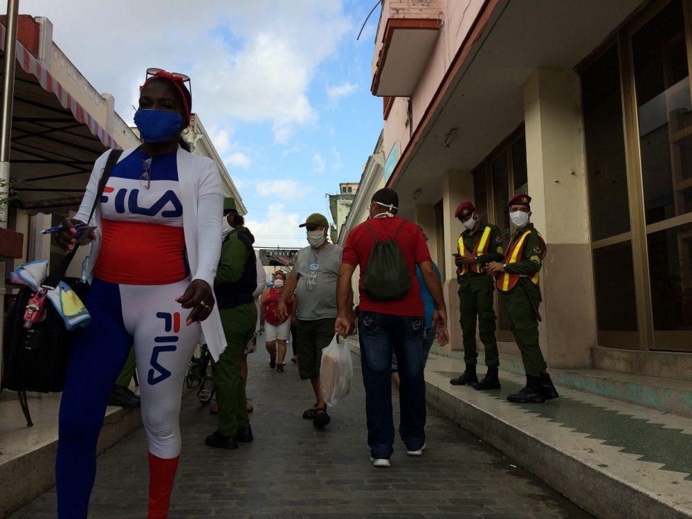 Una persona hace una cola en tiempos del coronavirus en Santa Clara, Cuba. Foto: Laura Rodríguez.