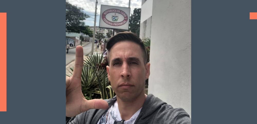 Lidier Hernández presenta una reclamación a las autoridades cubanas en Cienfuegos. Imagen tomada de su perfil de Facebook