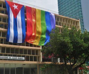 Cuba: El Ministerio de Salud Pública y otras instituciones exhiben banderas del arcoíris en solidaridad con la comunidad LGBTI+