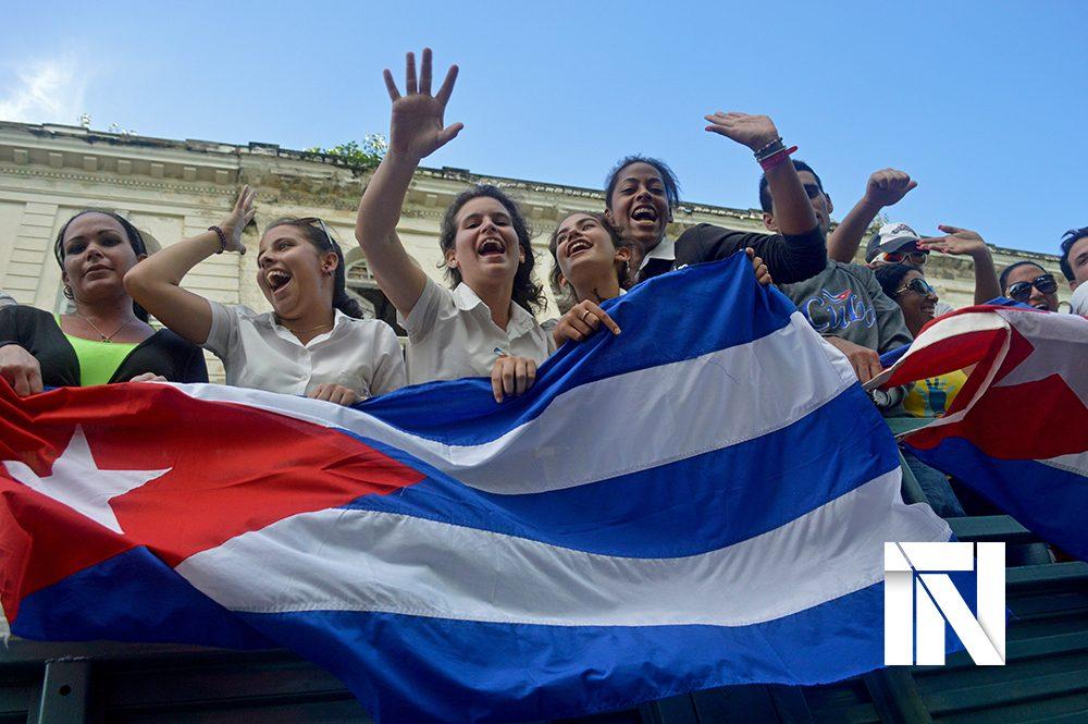 mujeres cubanas con la bandera de Cuba