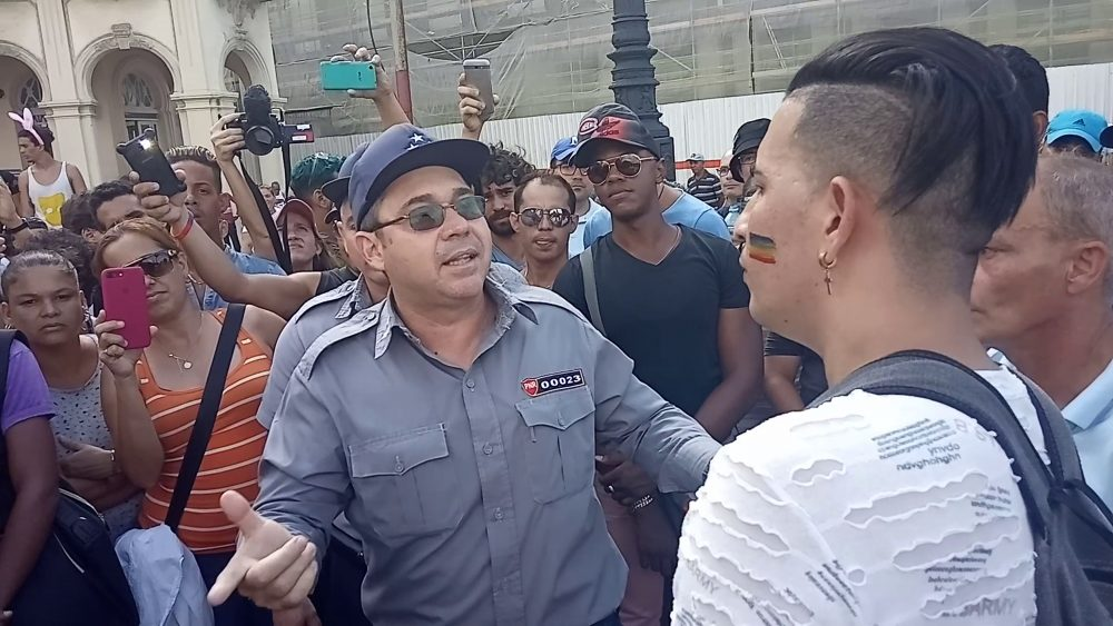 Policías vigilan la marcha independiente LGBTI+ en Cuba del 11 de mayo de 2019. Foto: Hamlet Lavastida.