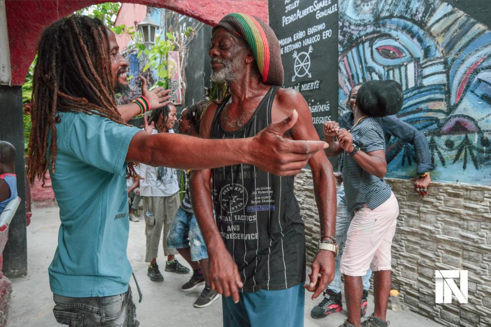 Dos rastafaris se saludan en La Habana, Cuba.