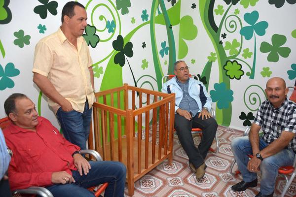 Dirigentes gubernamentales –no se ve a ninguna mujer en la foto– inauguran la sala de lactantes de la Terminal de Ómnibus Nacionales de Holguín, a finales de diciembre de 2017. (Foto: Tomada de la página web de la Agencia Cubana de Noticias).